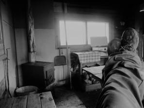 Pierwsza chata po opuszczeniu Inari kusiła piecykiem, kuchenką gazową i odrobiną miejsca na podłodze, gdzie można byłoby przespać noc. Można byłoby, ale przyszli miejscowi Romeo i Julia i mieli ciekawsze plany. Zostawiłem im chatę i poszedłem spać pośród górskiej brzozy.