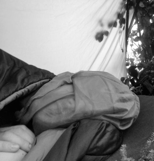 Jestem na dalekiej północy, latem. Bez namiotu, z jedną małą moskitierą. Gdy noc jest chłodna, jest dobrze. Robactwo się chowa, a ja mogę spać. Gdy jest ciepła, robi się dramat. Muszę zakrywać głowę siatką, a w śpiworze robi mi się zbyt ciepło. Nie mogę go jednak rozpiąć, bo mnie zjedzą żywcem.
