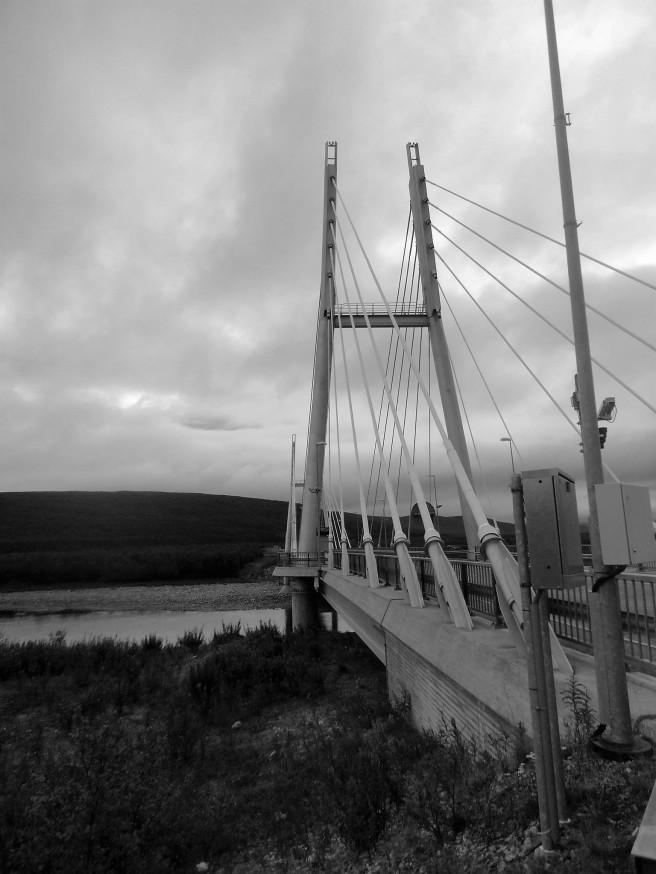 """Po trzech tygodniach wędrówki dotarłem do Utsjoki. Najdalej wysunięty na północ punkt Finlandii. Przeszedłem ponad trzysta kilometrów. Zmęczyłem się, zużyłem. Z radością wracałem do domu. Znajomi mówili o mojej wyprawie """"podróż życia"""". Gówno prawda! Na tym miałbym poprzestać?"""